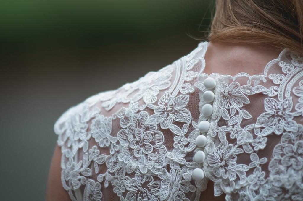 Schultern haben einen schrägen Winkel, wodurch der Stoff an diesen Stellen ebenfalls schräg geschnitten ist
