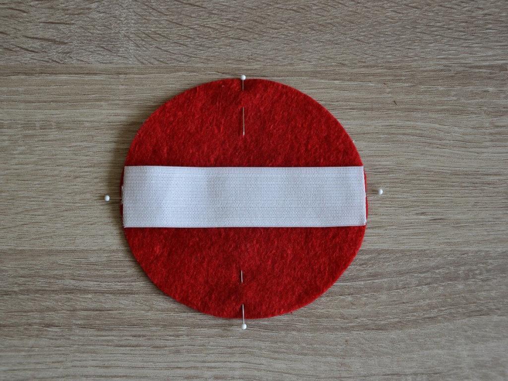 Gumiband auf roten Kreis aufgelegt