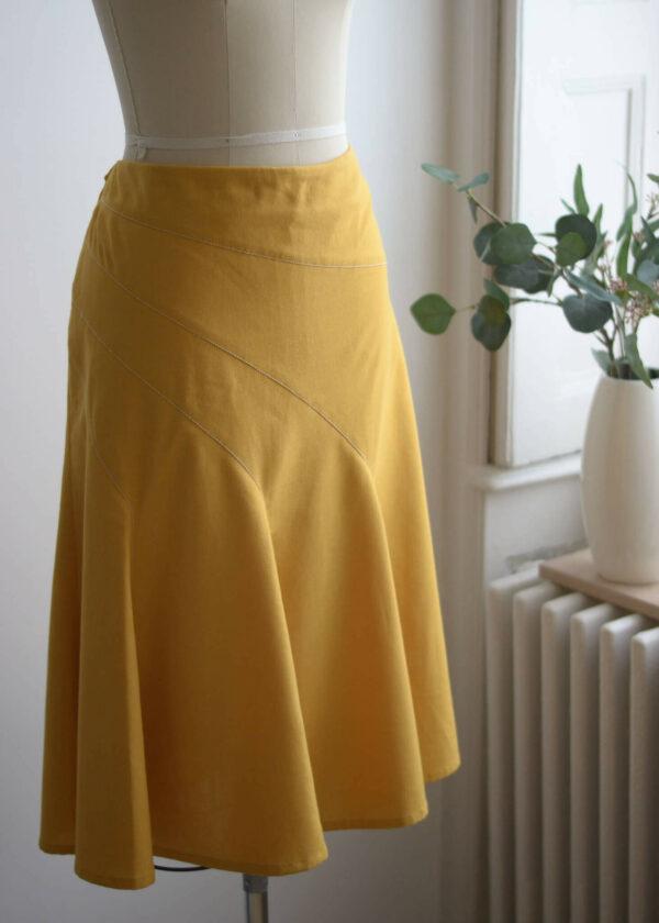 gelber Leinenrock mit asymmetrischen Teilungsnähten